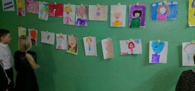 В нашей школе организована выставка рисунков ко Дню матери